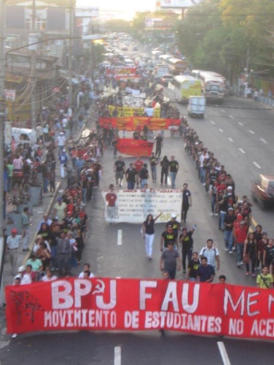 ¡La juventud en las calles, la prensa burguesa calla y las autoridades de la UES escupen veneno!