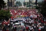 Decenas de miles marchan en El Salvador