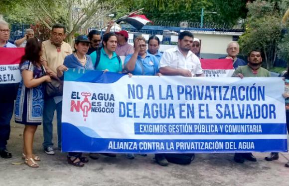¿Quiénes deben administrar el agua en El Salvador?