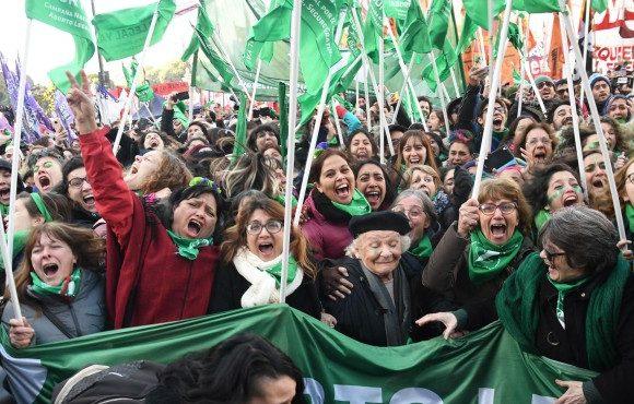 ¡Una ola verde toma la Argentina, por la legalización del aborto!