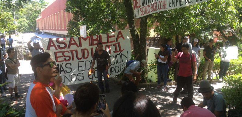 Concentración de la Asamblea General Estudiantil frente al edificio de Administración Académica de la Facultad de CCHH, UES