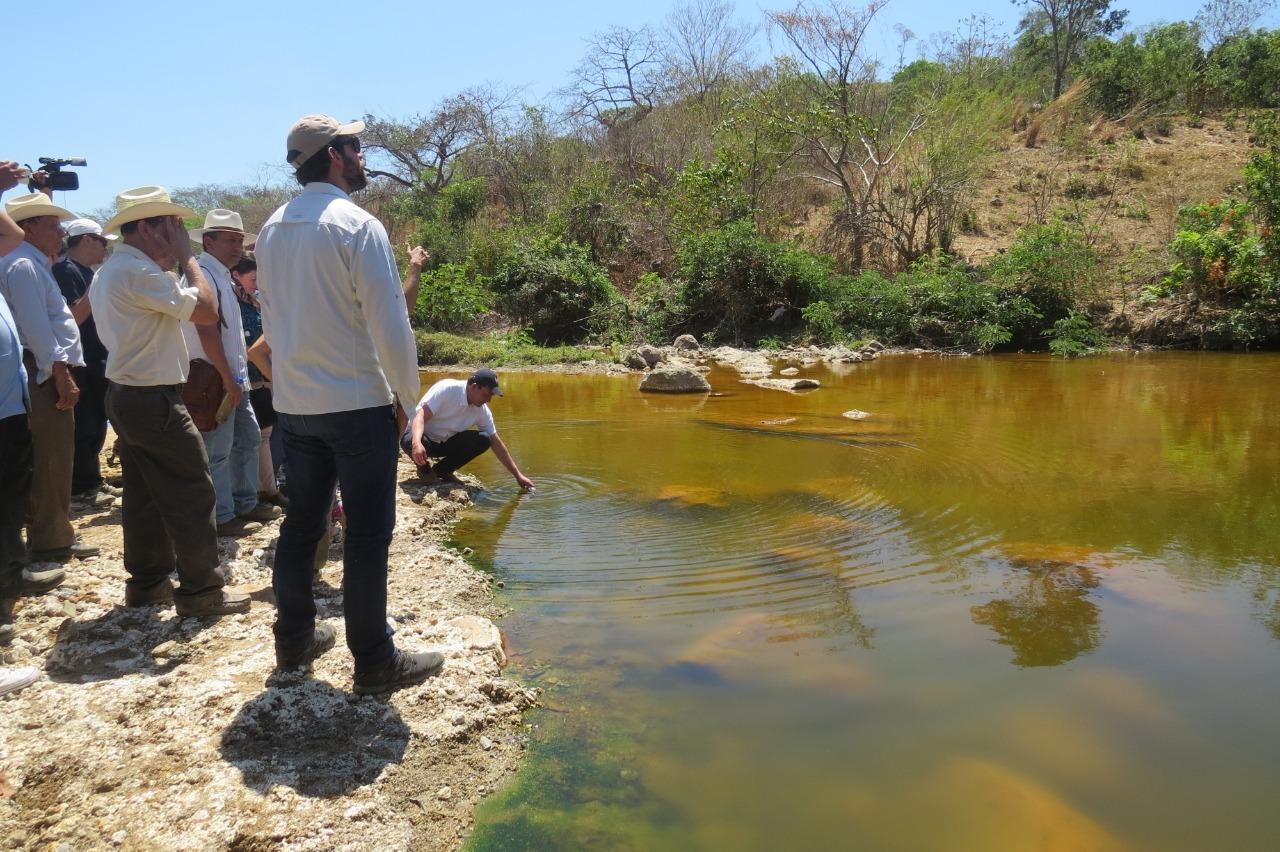 Río San Sebastián contaminado por desechos mineros en El Salvador, contaminado con drenaje ácido de minas foto cortesía de la Mesa Nacional Frente a la Minería Metálica
